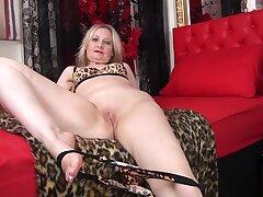 Amateur mature tie the knot Emma Turner enjoys pleasuring her cravings