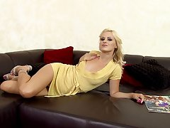 Affectionate blonde haves absolute divertissement close by her shaved lacuna on her leather couch