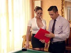 Die neue Assistentin auf dem Billardtisch eingearbeitet